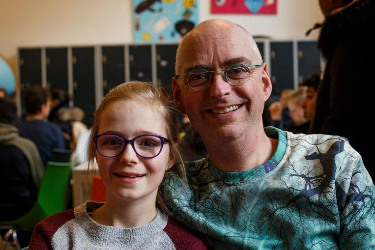 Vera (11) en haar vader Robert Abma: 'Kies een school waar je niet op je tenen hoeft te lopen' Beeld Carly Wollaert