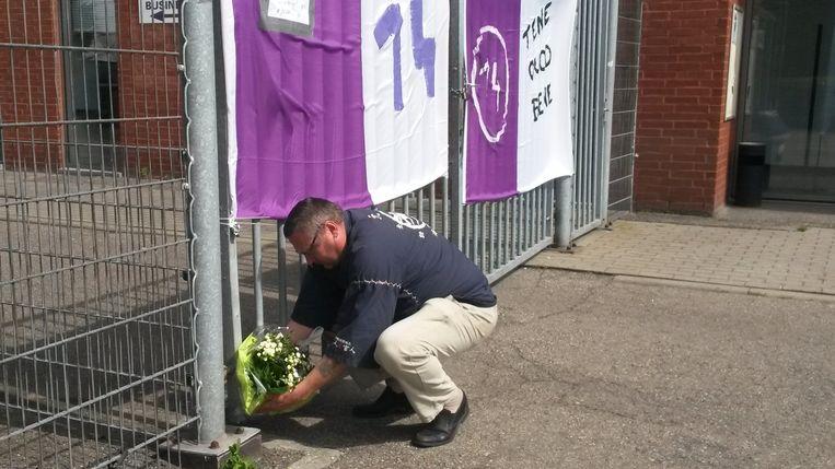 Aangeslagen fans leggen de eerste bloemen neer ter herinnering aan Tim Nicot.