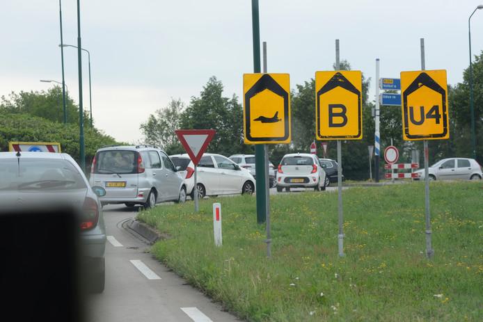 Het was vrijdagmorgen druk op wegen rondom de vliegbasis.