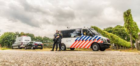 Agenten met mitrailleur bewaken drugslab Overasselt tijdens ontmanteling