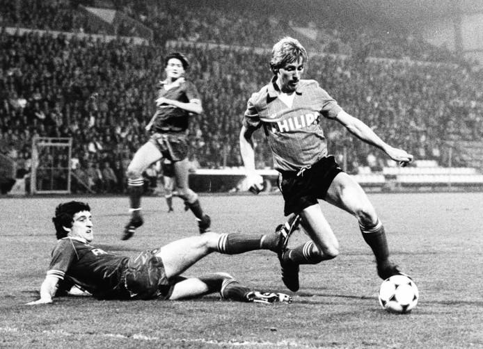 Jurrie Koolhof passeert als spits van PSV Douglas George tijdens een competitieduel met Sparta in 1982.