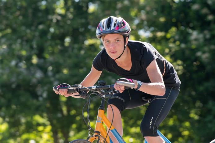 Marieke van Soest traint op haar Tri-Bike.