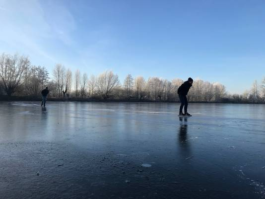 Het ijs kraakt en piept. Toch durft een handvol waaghalzen het aan. De 'schaatspioniers' verkennen het ijs, met gevaar voor eigen leven. ,,Alles in mij zegt: terug! Maar juist dan moet je door'', glimlacht schaatser Daan van den Berg. ,,Stilstaan is funest.''