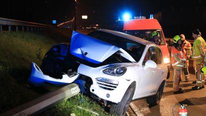 Porsche crasht tegen verlichtingspaal, bestuurder blijft ongedeerd