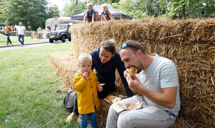 Sybe, Christien en Wilger Meiling uit Nijkerk doen zich tegoed aan burgers en friet.