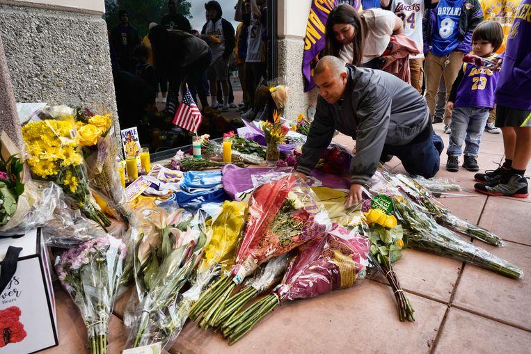 Bloemen worden neergelegd bij de ingang van de Mamba Sports Academy van Kobe Bryant in Thousand Oaks, waar het hele gezelschap in de helikopter naar op weg was.
