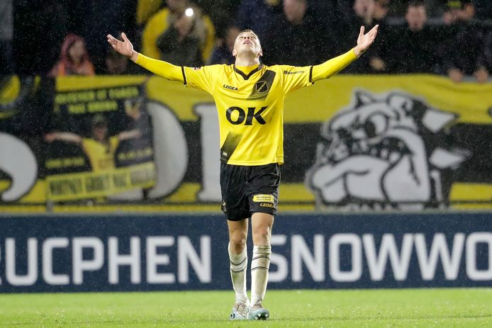 Sydney van Hooijdonk kan zijn geluk niet op na zijn belangrijke goal.