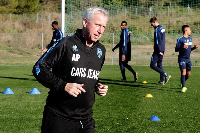 De nieuwe ADO-coach Alan Pardew tijdens de training gisteren, in het Zuid-Spaanse Alhaurín el Grande.