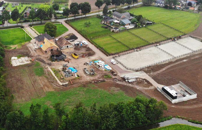 Het monumentale boerderijencomplex in IJzendoorn: linksboven het Voorhuis met de aangebouwde deel die een rieten kap heeft gekregen. Daar pal tegenaan staat de vloedschuur. De hooimijt moet nog verplaatst worden.