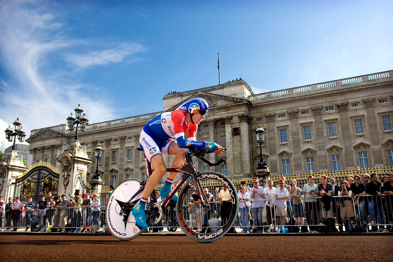 Stef Clement passeert Buckingham Palace tijdens het vertrek van de Tour de France in Londen in 2007. Beeld Klaas Jan van der Weij / de Volkskrant