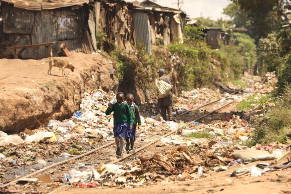 Twee kinderen in Nairobi, Kenia.
