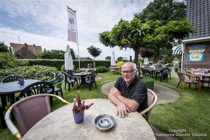 Henk van der Vegt op het terras van Pannenkoekenhuus Marle, waar overdag opeens bijna niemand meer komt.