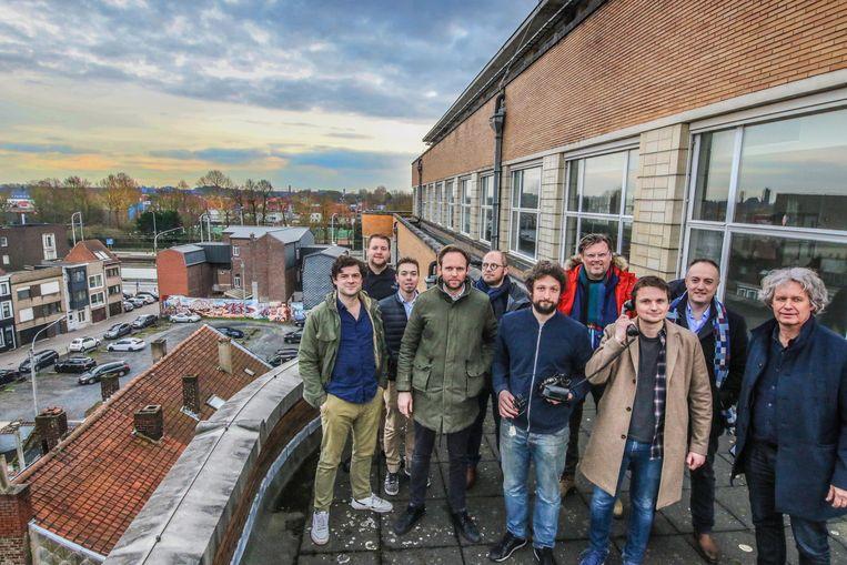 Een deel van de initiatiefnemers, met ook schepenen Arne Vandendriessche en Wout Maddens, op de iconische Belgacomtoren van het RTT-gebouw.