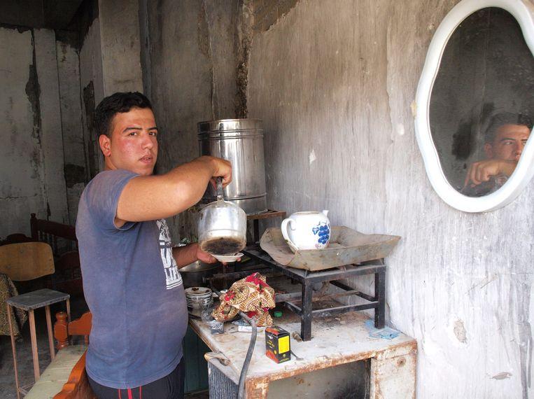 Abdullah schenkt zoete, sterke Iraakse thee in zijn tijdelijke theehuis.  Beeld Judit Neurink