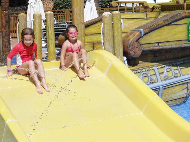 Ona uit Bulskamp en Niki uit Brugge tijdens hun vakantie in Mallorca waar ze elkaar leerden kennen.