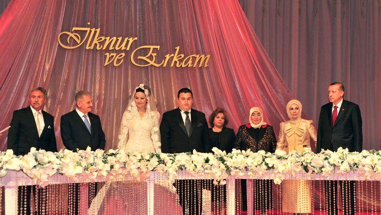 Erkam Yildirim (midden) tijdens zijn eigen huwelijk Beeld Het Parool