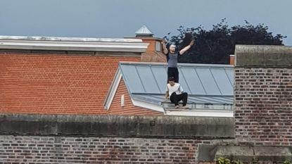 Twee gevangenen krijgen op hun dak