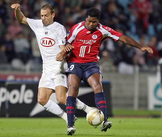 Patrick Kluivert namens Lille in duel met Bordeaux-verdediger Franck Jurietti op 15 september 2007.