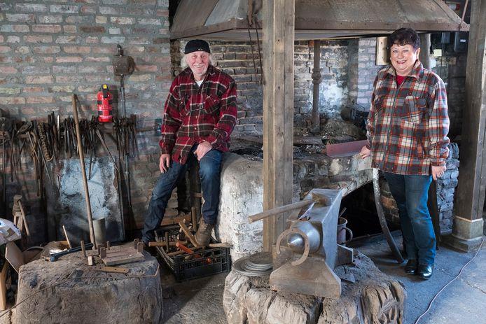 Theodoor en Marije Peters in de opgeknapte smederij in Ven-Zelderheide die zondag heropent.