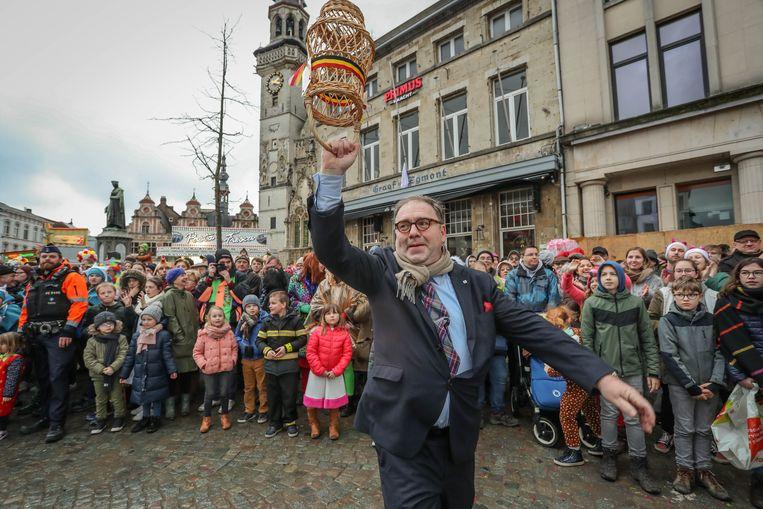 Burgemeester D'Haese (N-VA) danste gisteren mee met de Aalsterse Gilles, die ondertussen al bijna 100 jaar deel uitmaken van Aalst carnaval.