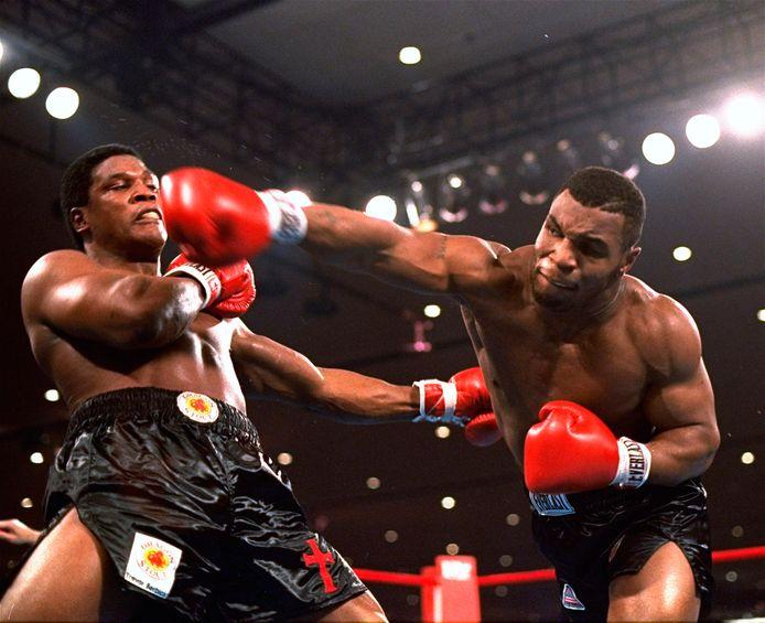 Mike Tyson (r) in actie tegen Trevor Berbick in 1986.