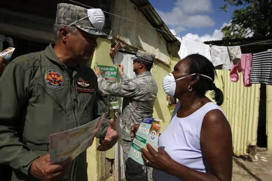 Het Dominicaanse leger informeert inwoners over de gevaarlijke muggen.
