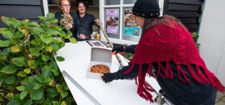 Bij dit theehuis krijgen klanten hun taart via een glijbaan: 'Het is hilarisch, maar noodzakelijk'