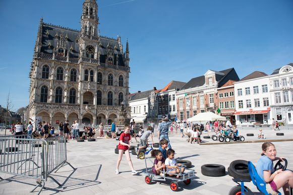 Tijdens de Buitenspeeldag konden kinderen vorig jaar al ravotten op het grote plein van de Markt. De zomerse speeltuin zal op de kleine Markt staan.