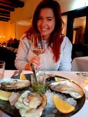 """""""Als er oesters zijn, moet je ze nemen"""" is het credo van wijnblogger Cynthia Schulz en culinair verslaggever Janske Mollen."""