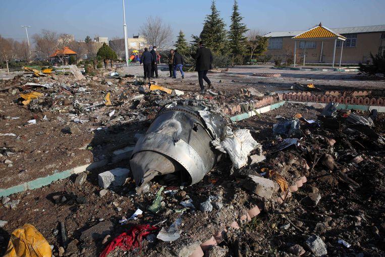 Reddingswerkers bij het neergestorte Oekraïense vliegtuig in de buurt van het Iraanse vliegveld Imam Khomeini.  Beeld AFP