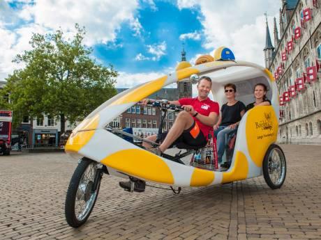 Goudse geschiedenis achter in een fietstaxi