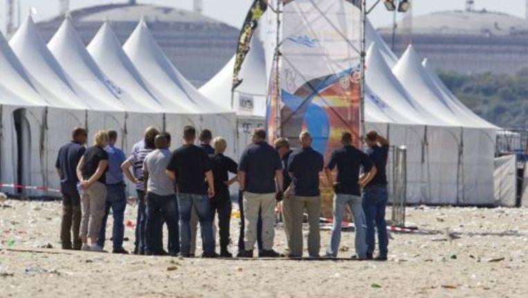 Rechercheurs op het strand bij Hoek van Holland. Archieffoto ANP Beeld