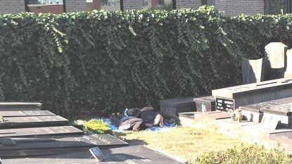 In Jabbeke slapen transmigranten tussen de graven