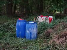 Vaten vol afval in de bossen bij Beerze gedumpt