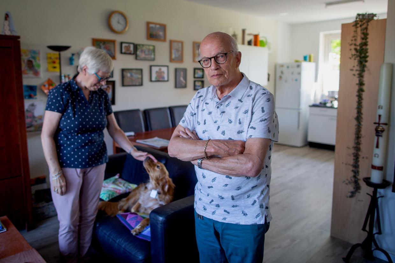 Het echtpaar Weegerink overleefde de vuurwerkramp en woont weer aan de Tollenstraat in Roombeek. 'Je stopt het uiteindelijk weg.'