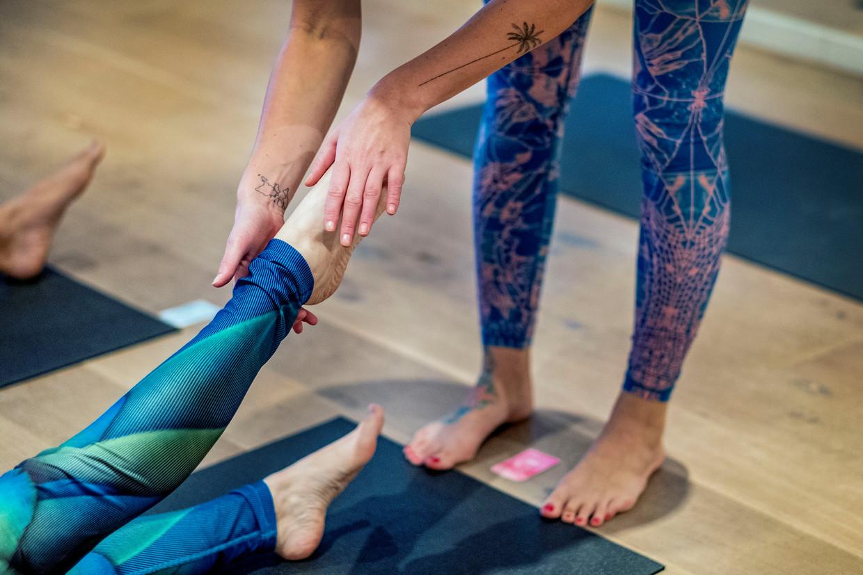 Bij deze yogastudio in Hilversum wordt met 'ja' en 'nee' aangegeven of de docent de leerling mag aanraken.