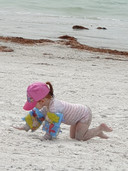 Rachel van der Velde op het strand.