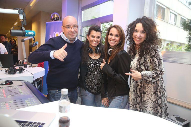 Radiozender Joe FM te gast in het UZ Gent: Sven Ornelis en Anke Buckinx sleepten er de zusjes Satyn voor de micro.