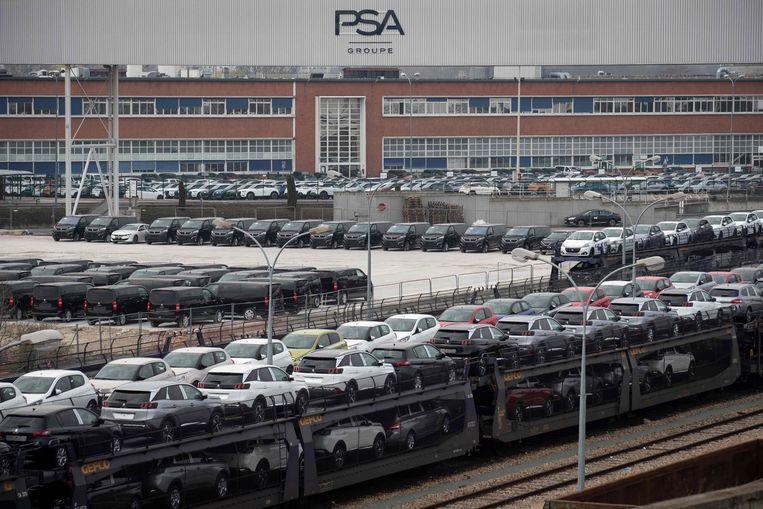Geparkeerde auto's voor de locatie van de Franse automaker PSA. Beeld AFP