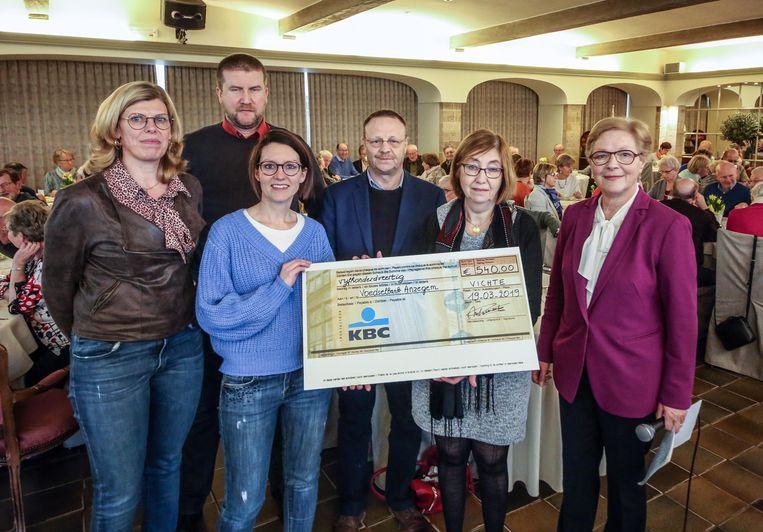 De cheque van 540 euro werd op dinsdag 19 maart overhandigd, in Salons Rembrandt in Vichte.