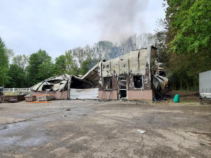 De brandweer Flevoland laat het vuur gecontroleerd uitbranden bij het bedrijf De VloerenFabriek aan de Ganzenweg in Zeewolde