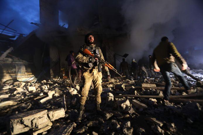 Zoeken naar slachtoffers na wéér een bombardement op Aleppo.
