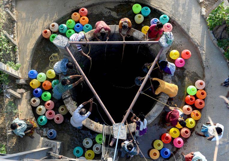 Het is droog in Madras. Zo droog dat de bewoners van de op zes na grootste stad van India nog geen twee derde van de dagelijks benodigde 830 miljoen liter water krijgen. Beeld AFP