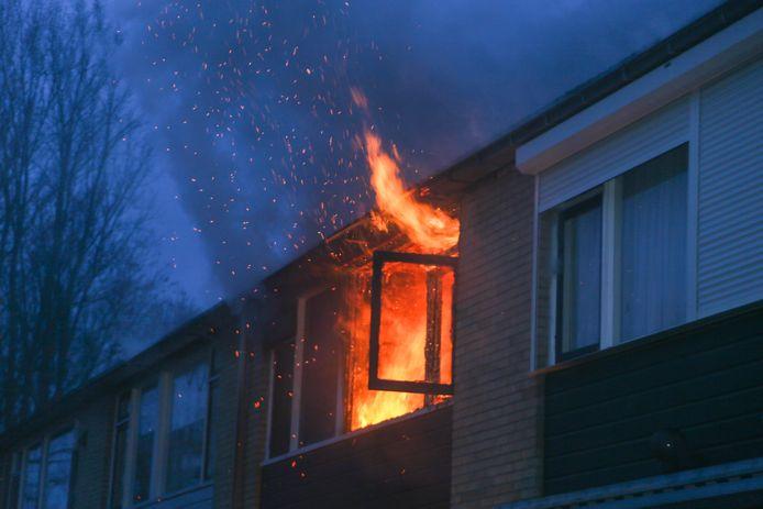 Uitslaande brand in Schorpioenstraat in Dordrecht.
