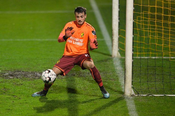Een beeld uit de wedstrijd tegen Deinze: Jarno De Smet pakt uit met een knappe interventie.