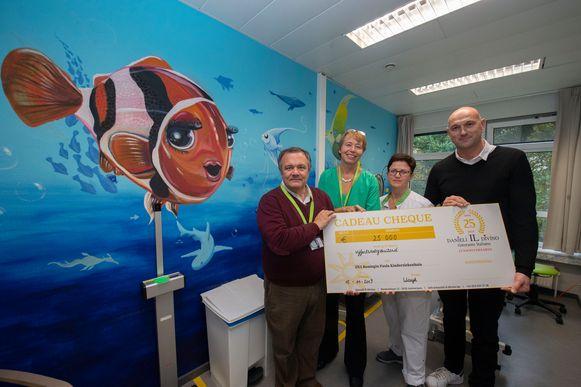 Wouter De Ploey, An Bael, Birgit Janssen en Wim Van der Borght met de cheque van 25.000 euro. Met dat geld kan het ziekenhuis nog eens de helft van haar kamers schilderen