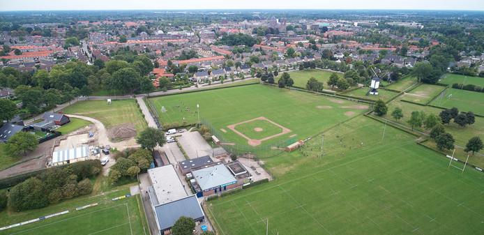 Park Moleneind met linksonder FC de Rakt, rechts het veld van Octopus en daarboven het slagveld van Red Sox. Als die club verhuist komt er meer ruimte voor de rest. Uiterst rechts staat de Molen van Jetten.