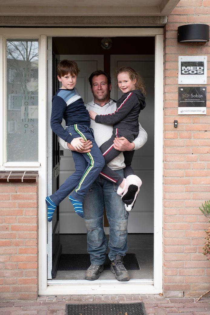 Pieter, Tijn en Roos van der Hof op de drempel van hun woning in Waalwijk. #Wijzijnthuis