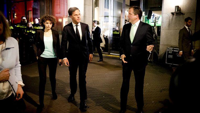 Mark Rutte (VVD) en Alexander Pechtold (D66) verlaten Nieuwspoort na afloop van een uitzending van Nieuwsuur Beeld anp