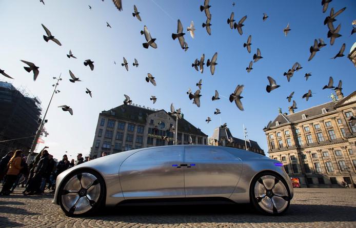 De zelfrijdende, hybride F 015 van Mercedes in maart van dit jaar tijdens een presentatie op de Dam